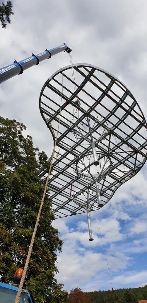 Anlieferung mit Kran des Baum-Vordachs am Hotel Kunzmann – Hahner Technik