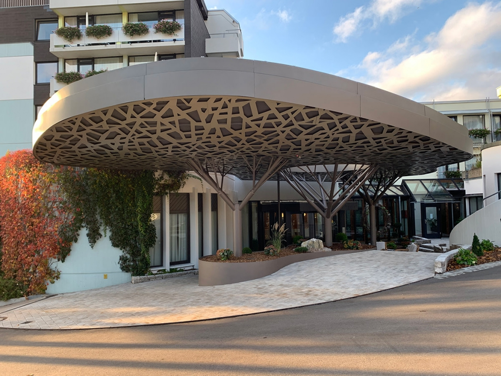 Fertiges Baum-Vordach am Hotel Kunzmann – Hahner Technik