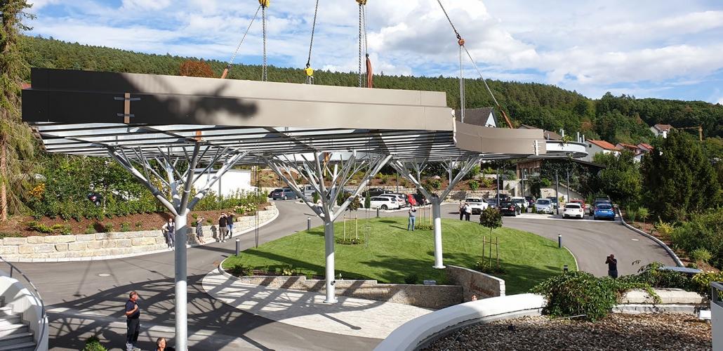 Positionierung des Baum-Vordachs am Hotel Kunzmann – Hahner Technik
