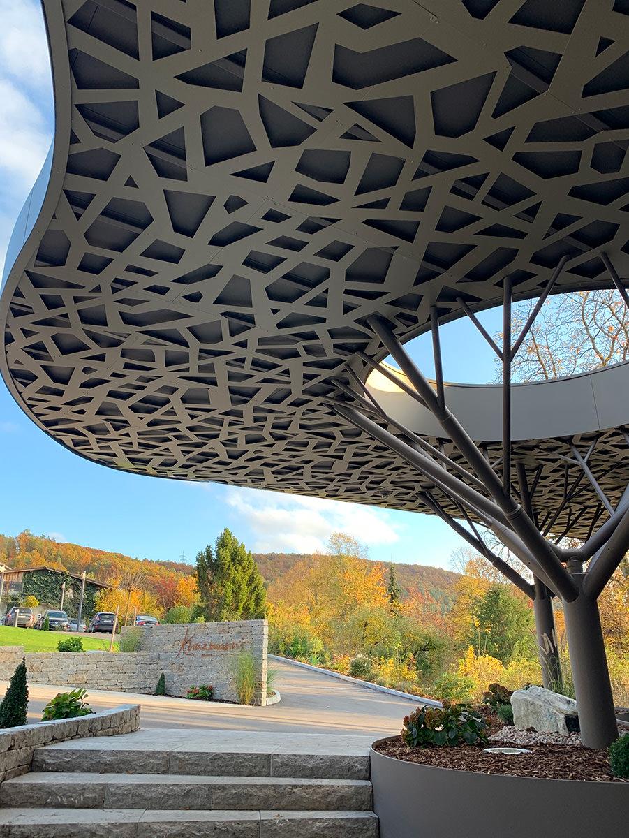Stahl-Mosaik im Baum-Vordach am Hotel Kunzmann – Hahner Technik